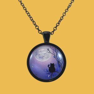 Collier cabochon Silhouette chat noir au clair de lune fond violet